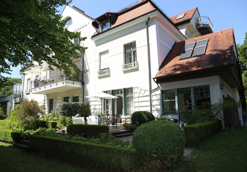 Weises Haus - Garten Ansicht