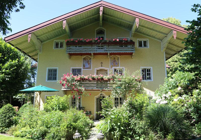 Eingangsansicht eines gelbes Haus