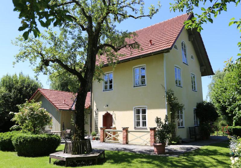 Haupteingang eines gelbes Hauses