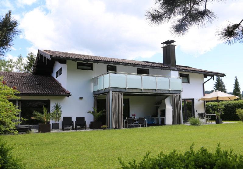 Garten Ansicht auf ein weißes Haus